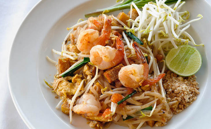 Plato de Pad Thai en Tailandia