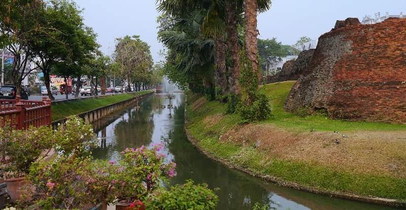 Foso de la ciudad amurallada de Chiang Mai
