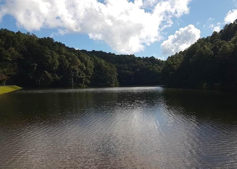 Lago de la localidad de Ban Ruam Tai