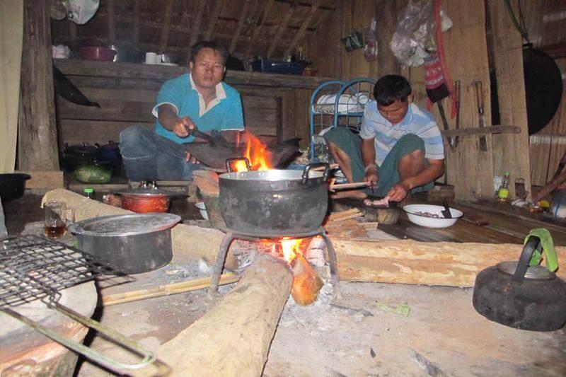 Cocinando en casa local