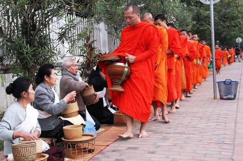 Ofrendas a los monjes en Luang Prabang