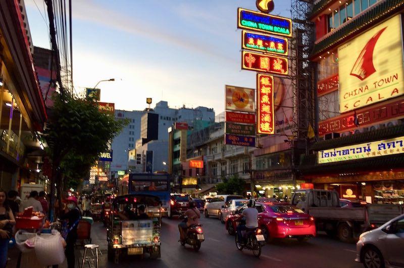 Yaowarat el barrio chino de Bangkok por la noche